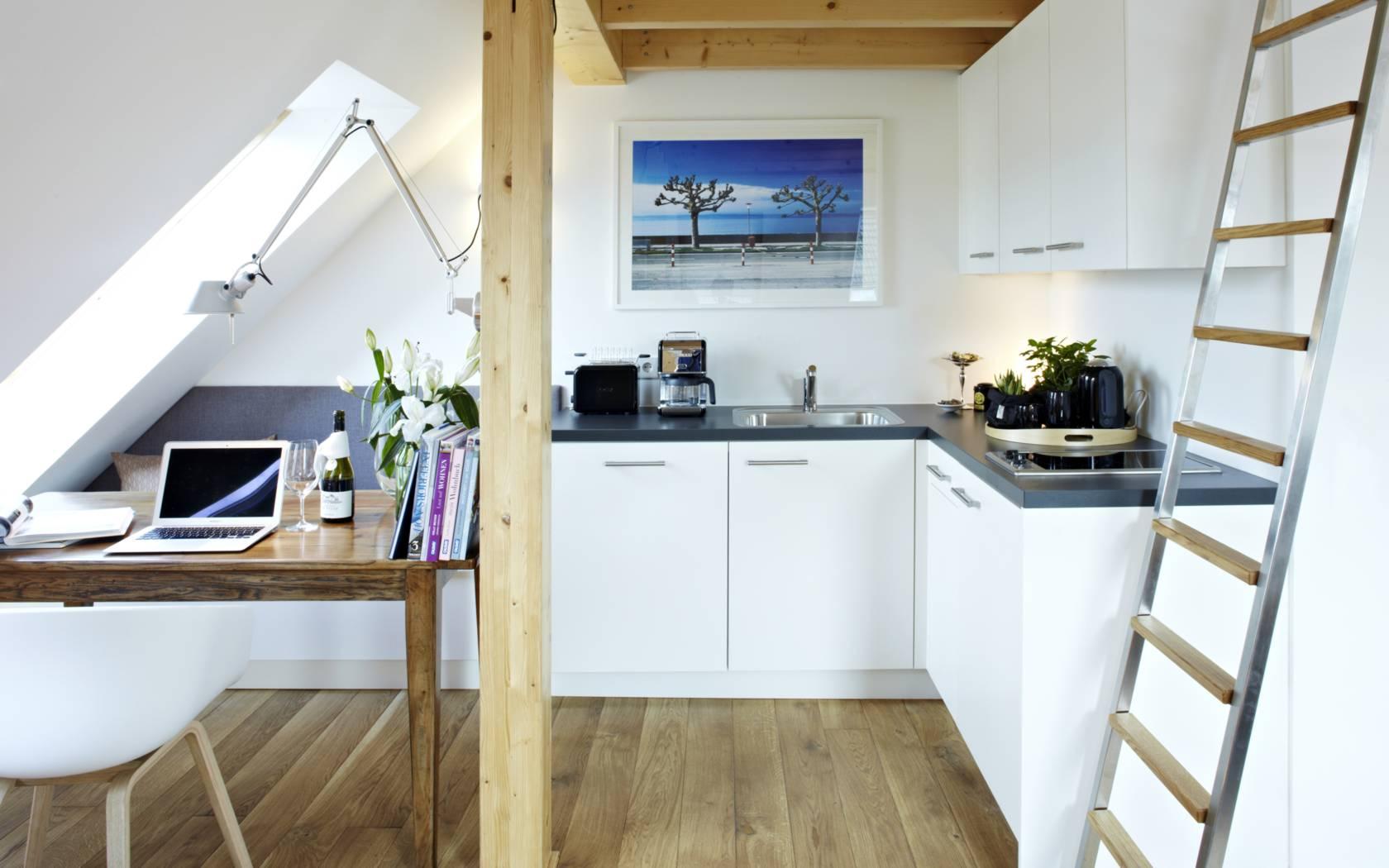 die gro e dachwohnung mit galerie k nigsschlaf unvergleichlich sch ne ferienwohnungen in. Black Bedroom Furniture Sets. Home Design Ideas